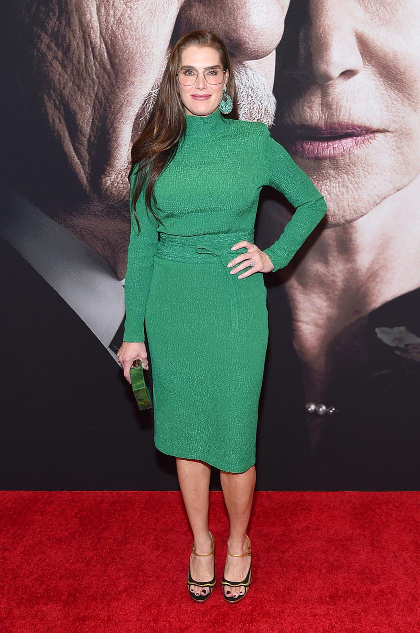 Egyszerű, mégis elegáns és szexi ez a zöld, testhezálló midiruha. A derékrész gyönyörűen hangsúlyozza a színésznő homokóra alakját.