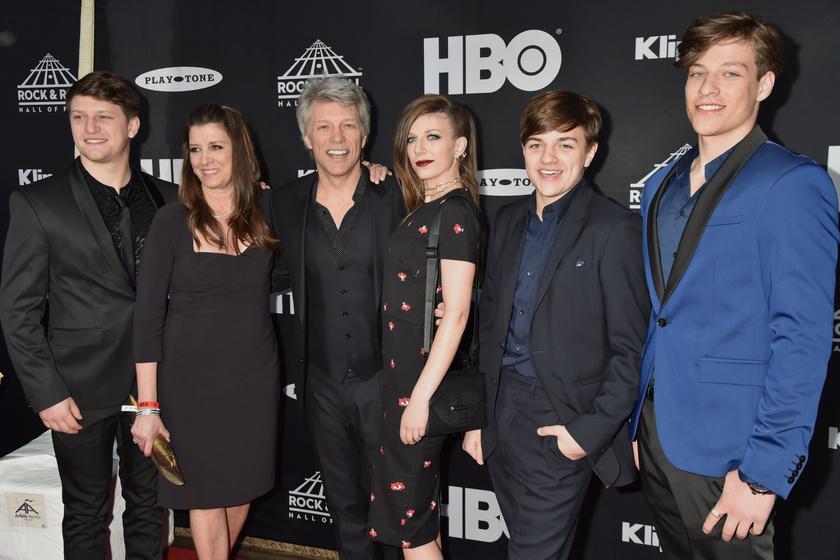 Jon Bon Jovi feleségével és négy gyerekével.