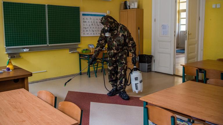Nyitnak az iskolák, de az igazgatók engedélyezhetik a távollétet