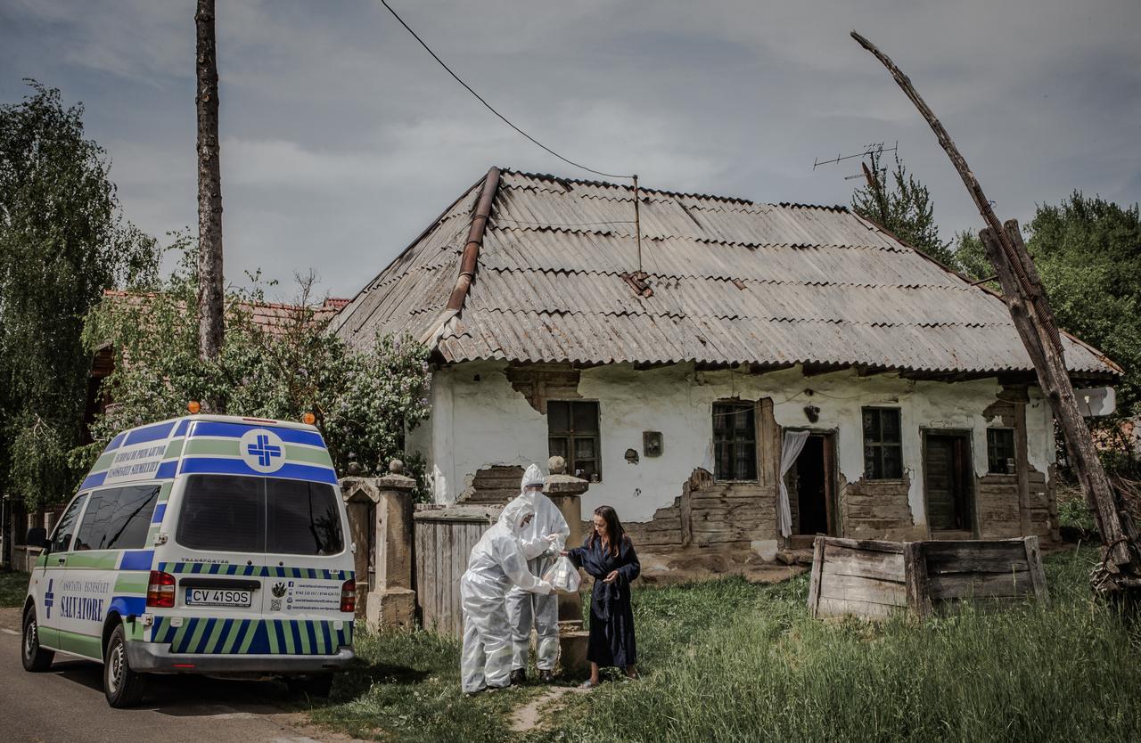 Hír-, eseményfotó kategória 3. díj:Covid-19 - A Salvatore egyesület munkatársai túlélőcsomagokat osztanak szét a rászorulóknak a karantén idején, Maksán, Romániában