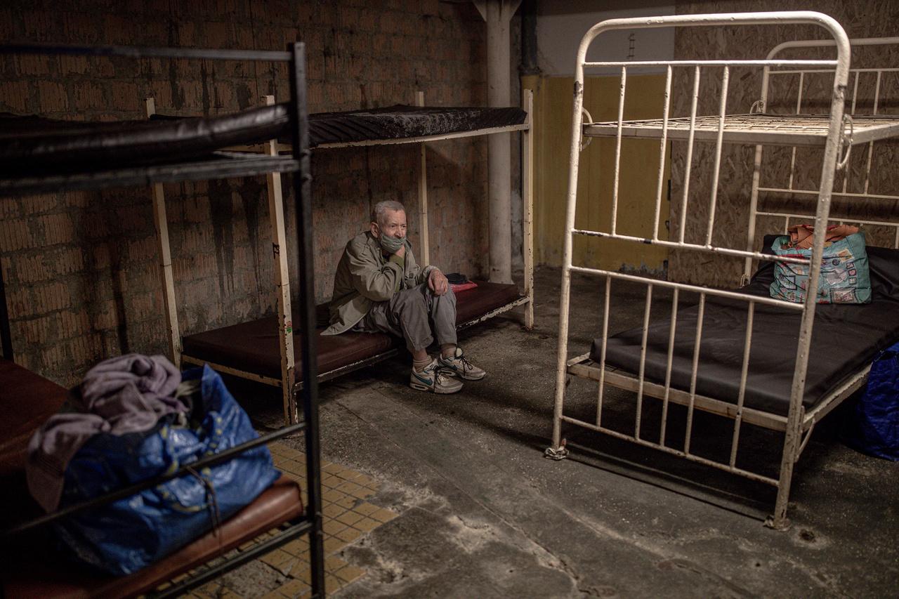 Társadalomábrázolás, dokumentarista fotográfia (egyedi) kategória 1. díj: Tesztre várva - Tesztre várakozik egy hajléktalan ember a budapesti Fűtött utca hajléktalanszállón. Több hajléktalan ember tavasszal, a koronavírus elől, hajléktalanszállókon keresett menedéket. A koronavírus azonban különösen veszélyes lehet a zárt közösségekben, így tesztekkel próbálták megállítani terjedését