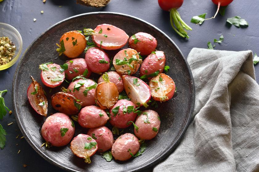A zöldfűszeres sült retekkel kiválóan pótolható a héjában főtt krumpli, semleges ízének köszönhetően bármilyen feltéttel harmonizálhat. Kiemelkedő rosttartalma mellett kevés kalória van benne, alacsony glikémiás indexe miatt nem dobja meg a vércukorszintet sem.