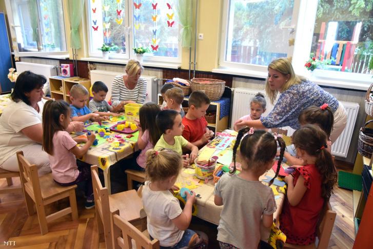 Gyerekek játszanak a Magyar falu program keretében felújított Tószegi Óvodában az átadóünnepség napján 2020. július 17-én