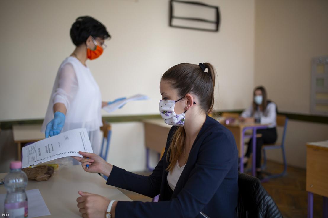 Tanárnő tételfüzeteket oszt ki a történelem írásbeli érettségi vizsgán a Nagykanizsai Zsigmondy Vilmos Szakképző Iskolában 2020. május 6-án