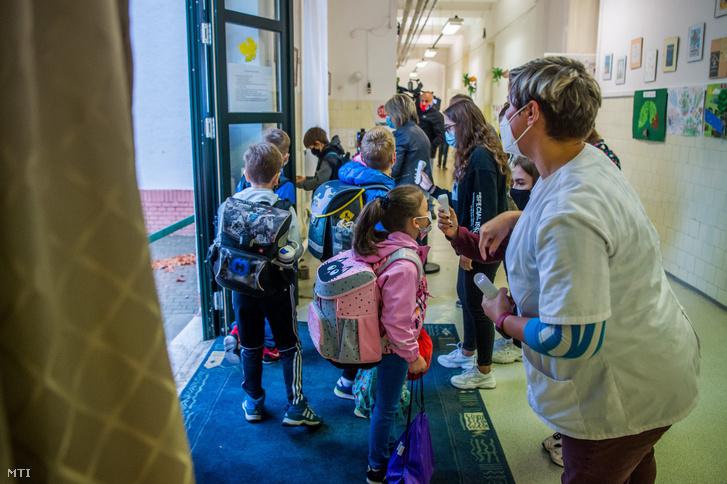 Diákok testhőmérsékletét mérik egy budapesti iskolában 2020. szeptember 28-án
