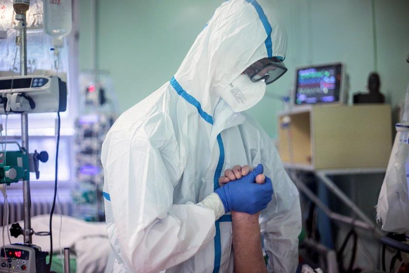 Koronavírussal fertőzött beteget látnak el a Dél Pesti Centrum Kórház Szent László Kórház Infektológiai intenzív osztályán.