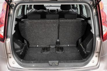 Teljesen előretolt hátsó ülés mögött 437 liter a raktér, az ekkora testben hatalmas