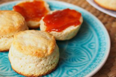 Így készül az angol pogácsa, a scone: az omlós tészta édesen és sósan is isteni