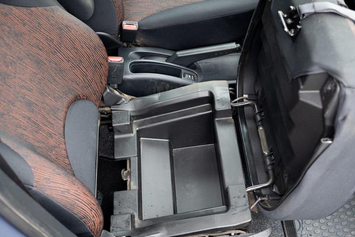 Két ráncfelvarrása volt, az első 2009-től került piacra, abban már felhajtható az első utasülés, alatta doboz lapul