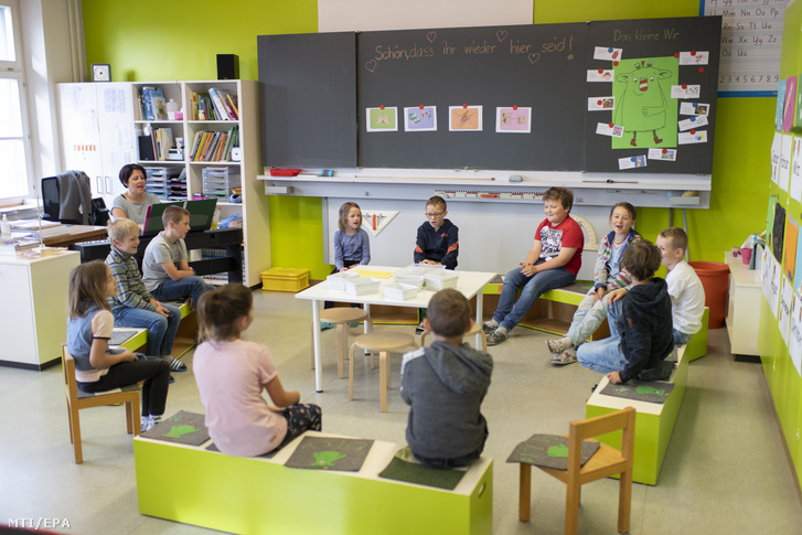 Gyerekek énekelnek egy kobelwaldi általános iskolában 2020. május 11-én Svájcban