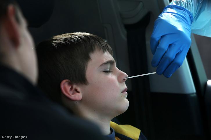 Egy ausztrál fiút koronavírus ellen tesztelnek 2020. július 22-én Ausztráliában