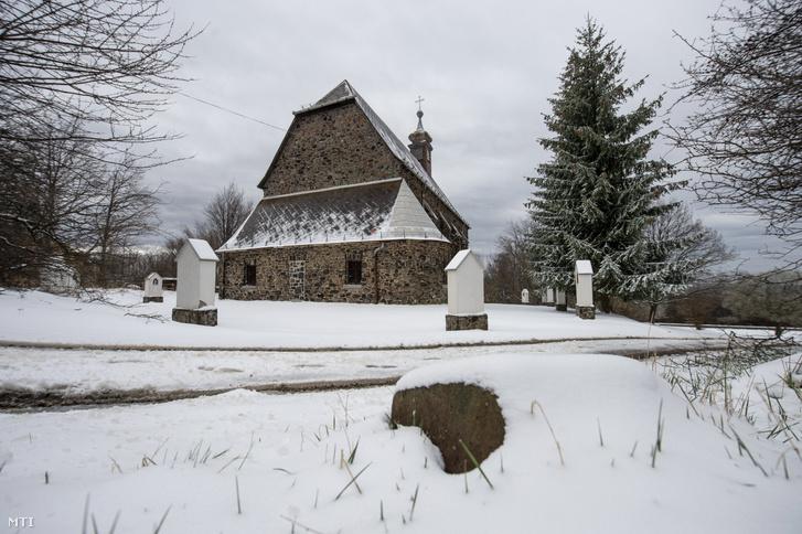 A havas Szent István király templom Mátraszentlászló közelében 2021. április 14-én.