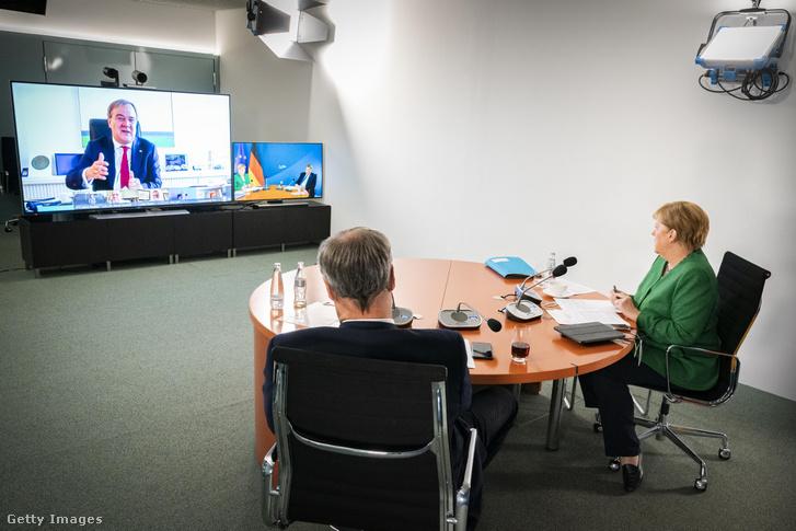 Angela Merkel (j) és Markus Söder (k) videokonferencián vesznek részt Armin Laschettel (b) 2020. augusztus 27-én