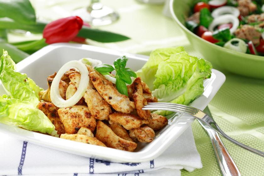 Szaftos, fűszeres csirkefalatok: a többféle hagyma teszi pikánssá