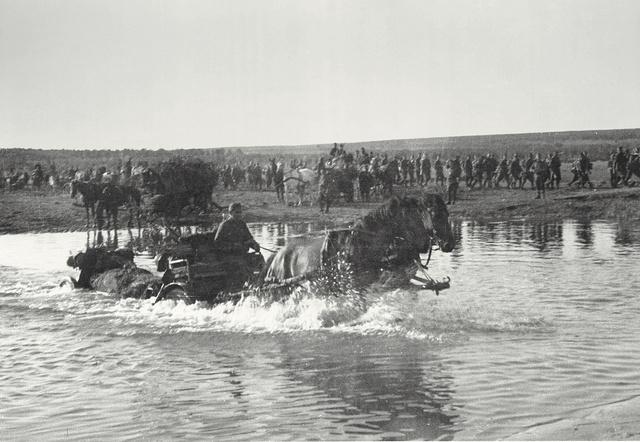1942. július - Egy 1936 M 37 mm-es páncéltörő ágyú mozdonyát átvontatják a patakon a Don közelében