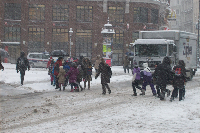 A gyerekek itt is élvezik – átkelés Stephansplatzon