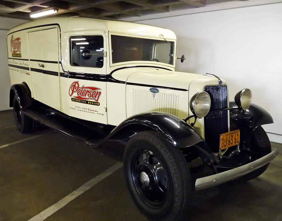 Nem véletlen, hogy a kiállítótér helyett a teremgarázsban áll a hollywoodi sztár, Steve McQueen 1934-es Fordja. A furgont mozgó osztályteremmé alakították át a múzeumban. A Los Angeles környékén működő iskolákat járják vele a múzeumpedagógusok, akik játékos és szórakoztató kihelyezett tanórákon ismertetik meg a gyerekeket az automobilizmus történetével.