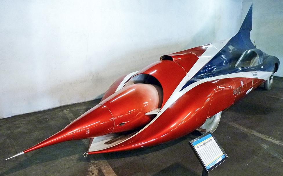 Bombajó bombázó. Háromszor gyorsasági rekorder ez az egyedi építésű földi rakéta.  Építője és vezetője, Art Arfons Green Monsternek keresztelte el a B-58-as bombázó sugárhajtóművével motorizált szörnyeteget, aminek az első indításakor a környéken kitörtek az ablaküvegek. A Bonneville-i sóstó asztalsimaságú kiszáradt medrében háromszor döntött vele sebességi rekordot Art 1965-ben és 1966-ban, majd természetesen jól összetörte.