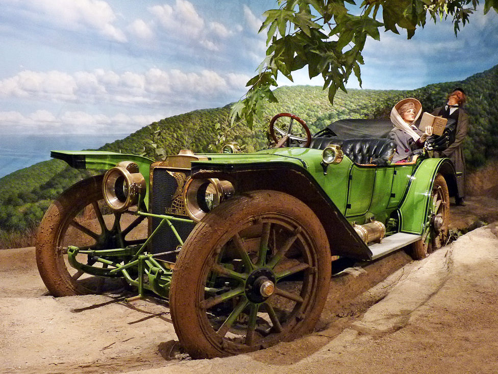 Az 1911-es American Underslung volt az első autó az USA-ban, amelynek alvázát a tengely vonala alá süllyesztették. Mivel az autó súlypontja ezzel a megoldással közelebb került a talajhoz, sportosabban lehetett vezetni. Viszont, hogy a korabeli burkolatlan utakon is lehessen használni, a hasmagasság megnövelésére hatalmas, egy méter átmérőjű kerekeket szereltek rá. A felsőkategóriás túraautó fejlesztésében Harry Stutz is részt vett.