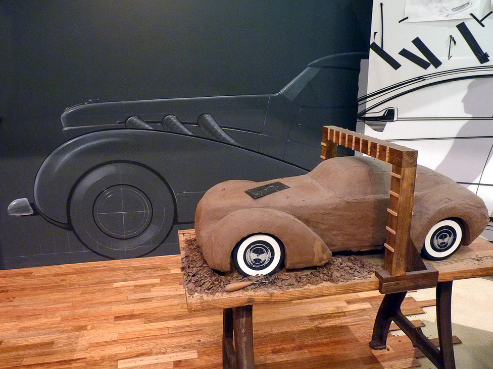 Bepillantás egy formatervező stúdióba: a műszaki rajzok és a látványgrafikák alapján készül éppen az agyagmodell, amelyen az autó térbeli megjelenését vizsgálták, finomították. Az agyagmodellezést ma, a számítógépes tervezés korszakában is használják a formatervezők.