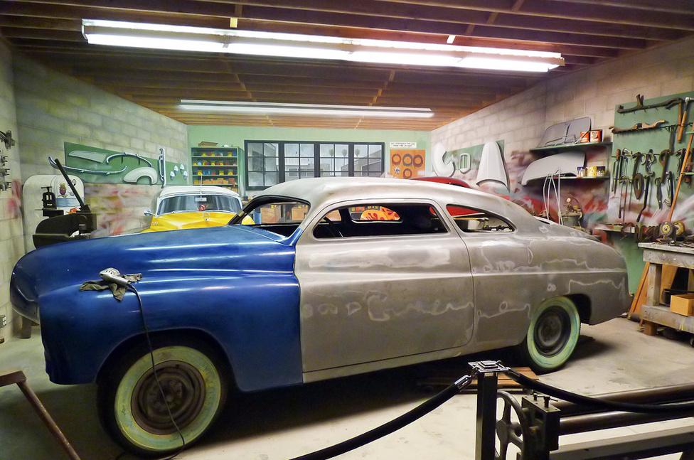 Egy átépítő-műhely atmoszféráját idéző installációban áll ez az 1950-es Mercury, amelyen jól megfigyelhetők az átalakított részletek. A tetőt laposabbra vágták, a krómozott díszléceket eltávolították, a karosszérián az eredetitől eltérő oldalvonalat alakítottak ki. Mivel az átépítők az egyedi forma kialakításához sok ólmot használtak, a custom-carokat ólomszánkóknak is becézték. A folyamatot tovább követve azt látnánk, hogy a kocsi durva ültetést, feltűnő fényezést kap, és visszakerül az elejére a dúsan krómozott orr.