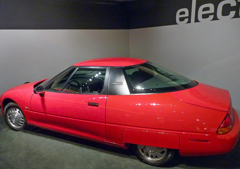 Az 1966-ban piacra dobott EV1 a General Motors első modern elektromos hajtású autója volt, és alaposan megelőzte korát. Nem valamely korábbi benzines típus átalakításával készítették el, hanem az alapoktól villanyautónak tervezték. Csak Kaliforniában és Arizonában lízingelték és szervizelték. Bár a tulajdonosok szerették, a GM nem fejlesztette tovább, sőt, a lízinget felmondta, az autókat visszagyűjtötte és megsemmisítette. A döntésre máig nincs hiteles magyarázat, állítólag az olajlobbi nyomása kényszerítette ki.