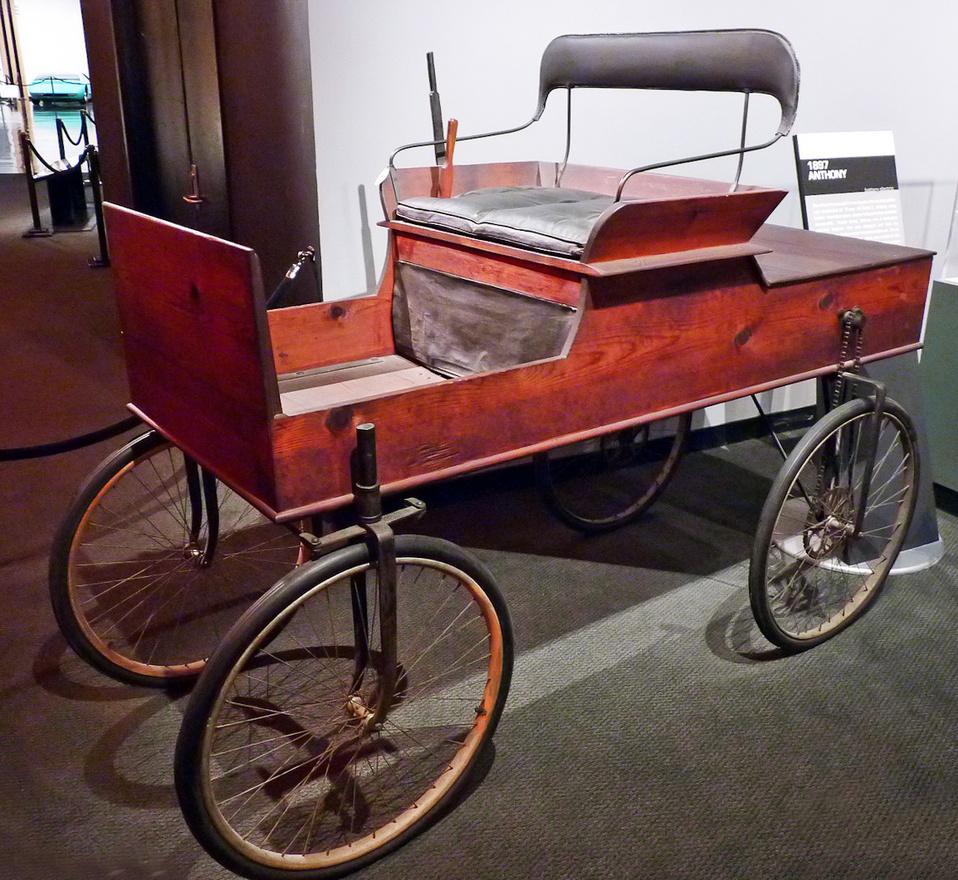 """A Los Angelesben épített első autók egyik ez az 1987-es Anthony, egy mindössze 17 éves fiatalember, Earle C. Anthony alkotása. A konstruktőr """"talált"""" alkatrészekkel: deszkákkal, biciklivillákkal, rokkantkocsiból kiszerelt kerekekkel dolgozott, sőt, a másfél lóerős villanymotort is ő tervezte és készítette el. Az autót az 1920-as években részben átépítették, például új alvázat kapott."""