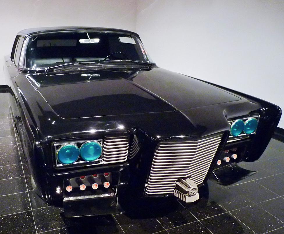 """Egy 1966-os Chrysler Imperial átépítésével született meg a Black Beauty, a Fekete Szépség, amely a Green Hornet televíziós akciósorozatban szerepelt, a bűnözőket üldöző Bruce Lee """"szolgálati"""" autójaként. James Bond autóihoz hasonlóan a Black Beauty is alaposan fel volt szerelve védő- és támadóeszközökkel, többek között rakétavetőkkel, gépfegyverekkel, füstgéppel, szögszóró-berendezéssel és mérföldekre előrelátó kamerával. A legendás átépítő, Dean Jeffries által megalkotott Fekete Szépség később feltűnt a Batman című televíziós sorozatban is."""
