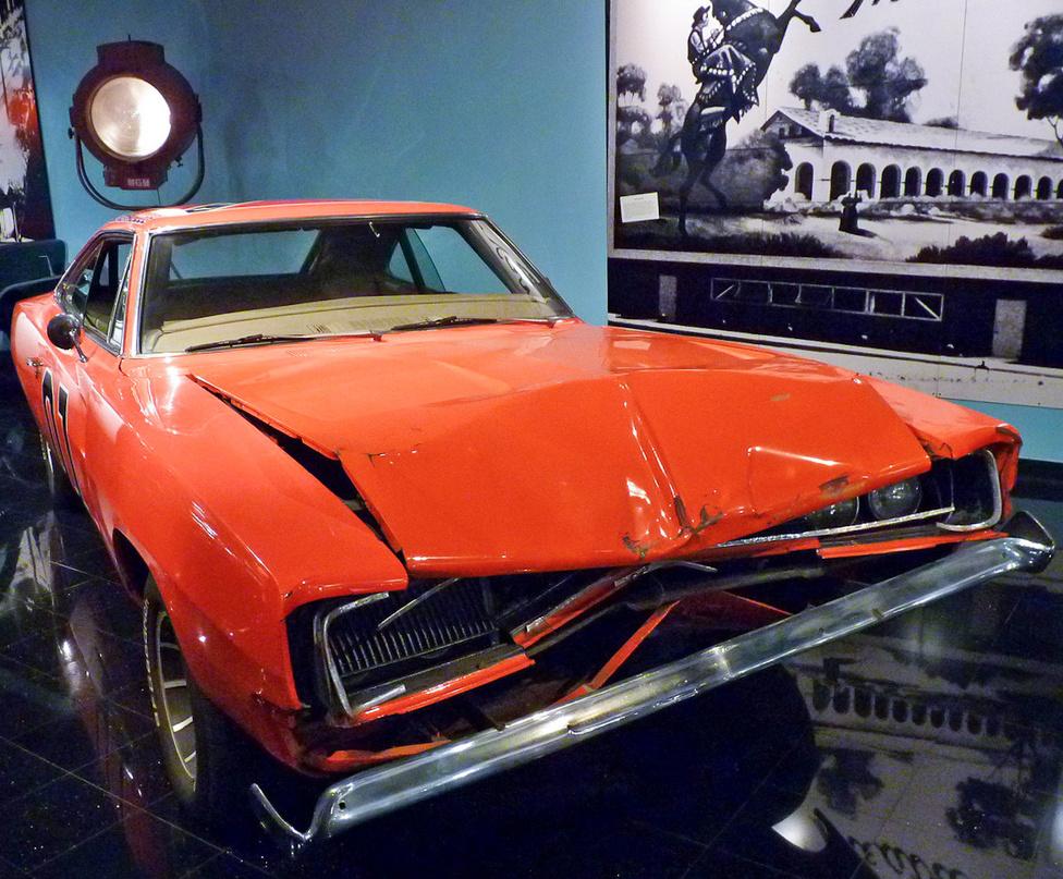 Egy a sok General Lee-ből, amelyeket a Hazard megye lordjai mozifilm 2005-ös forgatásán elhasználtak. Az 1969-es Dodge Charger kora egyik legnépszerűbb izomautója volt, majd az 1980-as években sugárzott televíziós sorozat nyomán film- és autóipari legendává emelkedett.