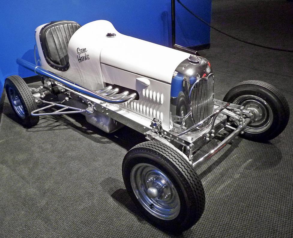 A Midget versenyautó-kategória az 1910-es években alakult ki Amerikában. Kezdetben az autókiállítások kísérő látványosságaként szolgált, a kisméretű versenygépeket általában motorkerékpár-motorok hajtották. A képen látható 1935-ös Hanks-Offy midgetet Sam Hanks építette, az együléses apróság meghajtásáról egy erős Offenhauser motor gondoskodott. Hanks később kinőtte a törpe-kategóriát, és 1957-ben megnyerte az Indianapolis 500 autóversenyt.