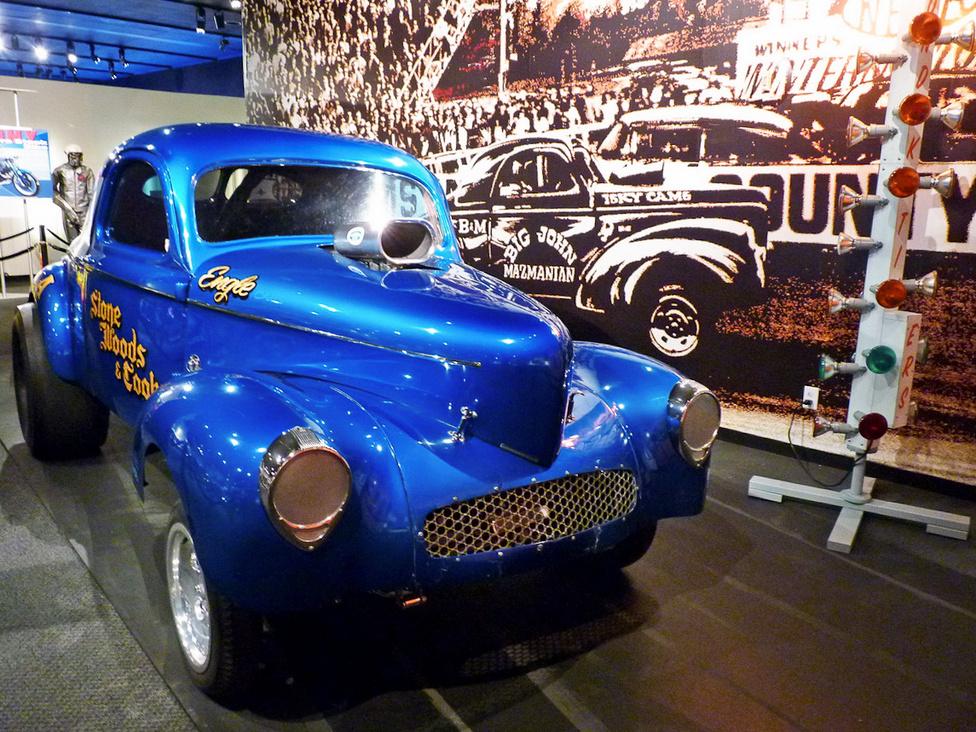 A gyorsulási versenyzésre átépített 1941-es Willys-szel Stone, Woods és Cook küzdöttek a negyedmérföldes pályákon a hatvanas években. Eleinte egy Chrysler Hemi motor termelte a száguldáshoz az energiát, amit 1965-ben egy Oldsmobile motorra cseréltek le. Ez és a hasonló teljesítményű dragsterek érték el először a 9 másodperces időket, és a pálya végén mért 150 mérföld/órás sebességet.