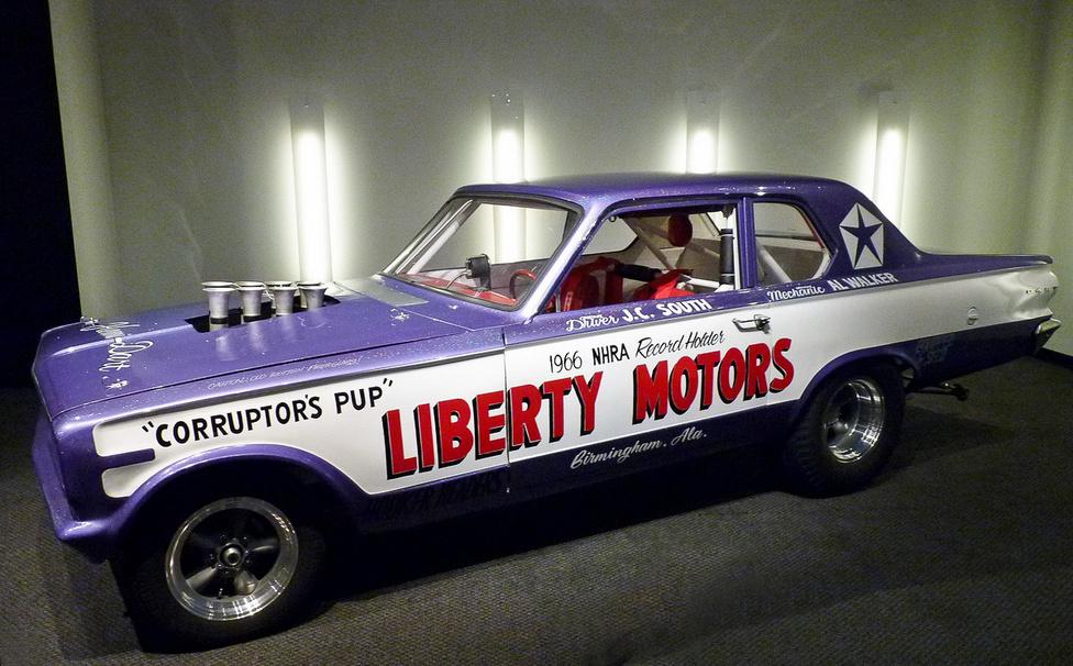 A furcsa arányok magyarázata, hogy ezen a gyorsulási versenyzésre épített 1966-os Dodge Darton mind az első, mind a hátsó tengelyt előrébb hozták a jobb súlyelosztás és egyenesfutás érdekében. Az autónak természetesen nem sok köze van a közönséges, utcai Dodge-okhoz, a karosszériaelemek az eredetiek üvegszálas másolatai, a meghajtásról egy 426 köbinch-es Chrysler Hemi motor gondoskodik. A speciális befecskendezővel izmosított motorral kilenc másodperc körüli időket ért el a negyedmérföldes futamokon a Corruptor's Pup becenévre hallgató dragster.