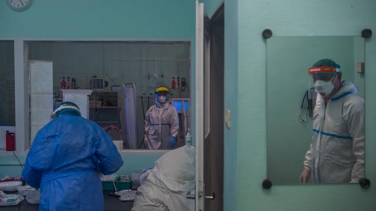 Továbbra is sok a halálos áldozat, de 10 ezer alatt a kórházban ápoltak száma