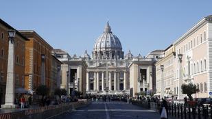 Új templomot emeltek Szent Péter sírja felett, az eredetit a földdel tették egyenlővé