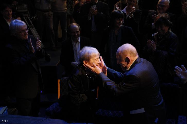 Bodrogi Gyula színművész köszönti Törőcsik Marit a Nemzeti Színházban a színésznő 80. születésnapja alkalmából rendezett gálaesten, 2015. november 23-án