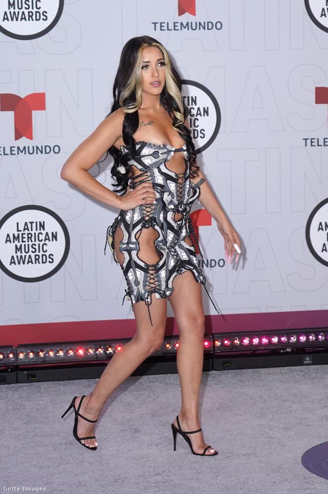 Ő itt viszont Mariah Angeliq, aki nagyon is popsztár, és az imént látott Karol G-vel duettezett, csak akkor gengszternek öltözött.