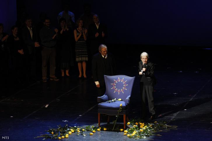 Törőcsik Mari színésznő a színpadon a 80. születésnapja alkalmából a Nemzeti Színházban rendezett gálaesten 2015. november 23-án. Mellette Jordán Tamás színész-rendező