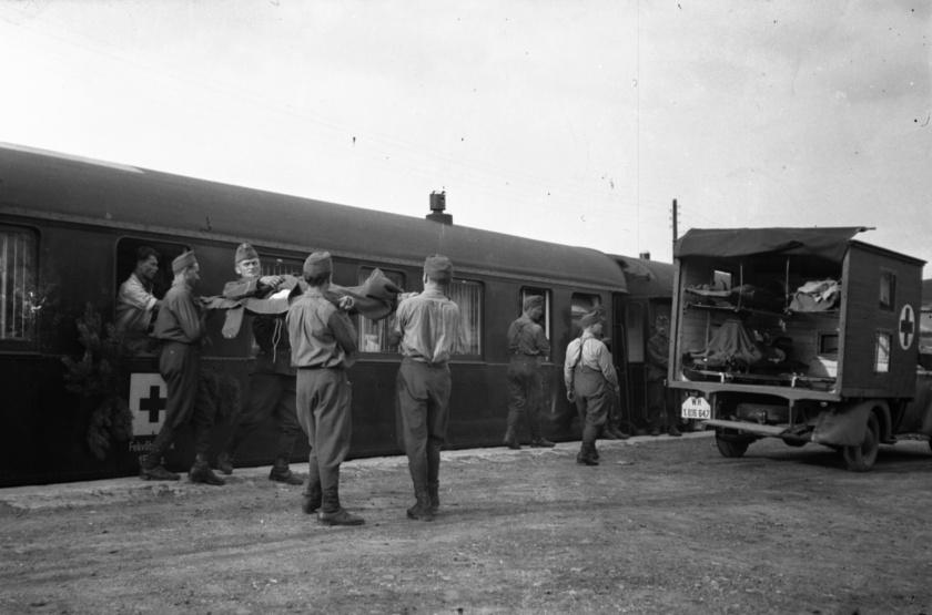 A világháborúk idején fontos kérdéssé vált annak lehetősége, hogy a sérült katonákat mielőbb kórházba, illetve a hátországba hazajuttassák, vagy helyileg ellássák. Ezt a célt szolgálták a kórházvonatok és a könnyen sérültek számára kialakított betegszállító szerelvények.