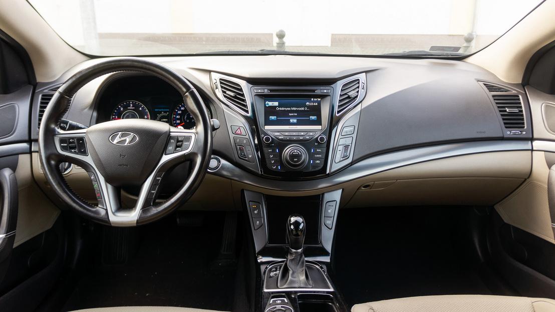 Még egyértelműen koreai autós a belső dizájn, de minden makulátlanul tartja magát túl a 200 kilométeren is