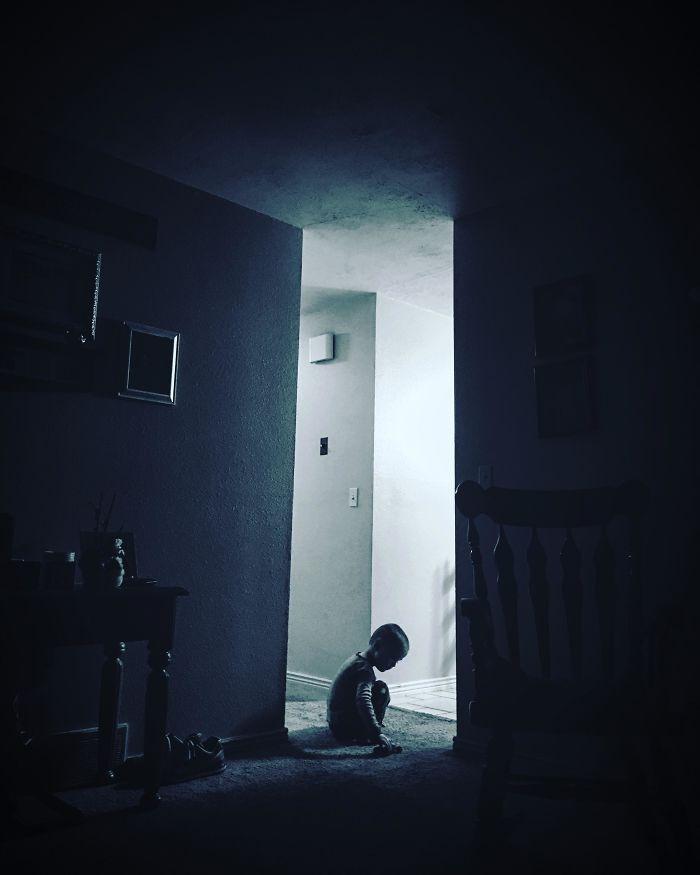 """""""A kisfiamról készített kép akár egy horrorfilm plakátja is lehetne."""""""