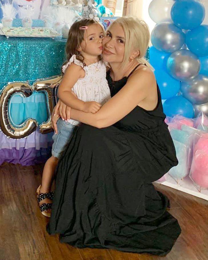 Ez a gyönyörű hölgy 48 éves, és egy hároméves kislány nagymamája.