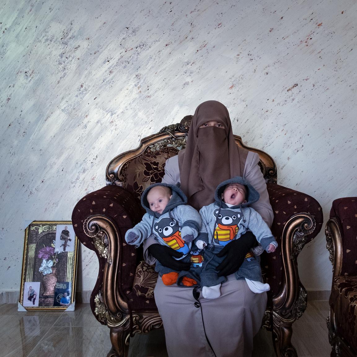 Amma Elian férjét életfogytig tartó börtönre ítélték 2003-ban. Antonio Faccilongo fotóján mesterséges megtermékenyítés segítségével született ikreiket tartja Tulkarmban, Palesztinában.