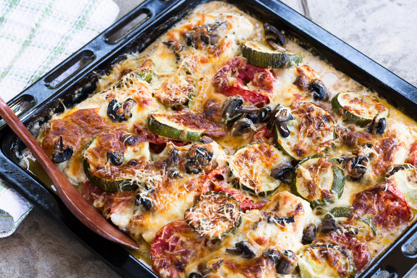 Zöldséges, sajtos rakott csirkemell: laktató, kiadós fogás