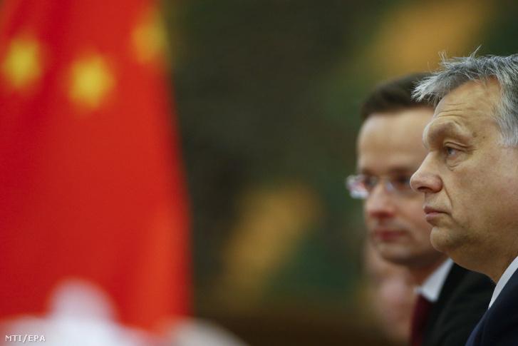Orbán Viktor miniszterelnök (j) és Szijjártó Péter külgazdasági és külügyminiszter hivatalos látogatáson Pekingben, 2017-ben