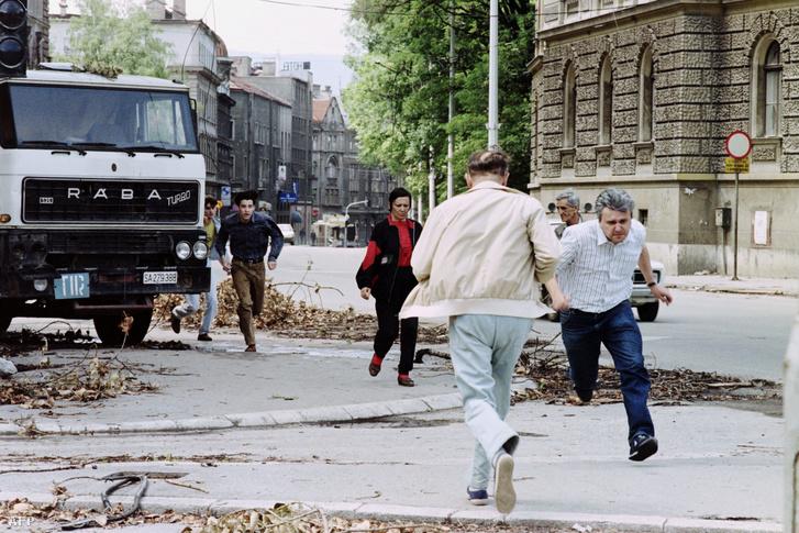 Boszniai szerb mersterlövészek elől keresnek menedéket civilek Szarajevóban 1992. július 12-én