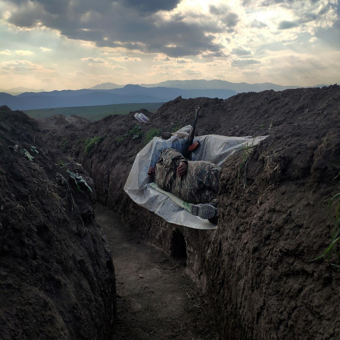 Vaginka Gazarian Pihenő katonája második helyezést kapott a kortárs kérdések (egyedi) kategóriában. A képen látható katona a tavaly szeptemberben kitört második azeri-örmény háború egyik lövészárkában alszik egy műanyaggal borított földdarabon. A konfliktus orosz közreműködéssel fegyverszünettel zárult 2020 novemberében.