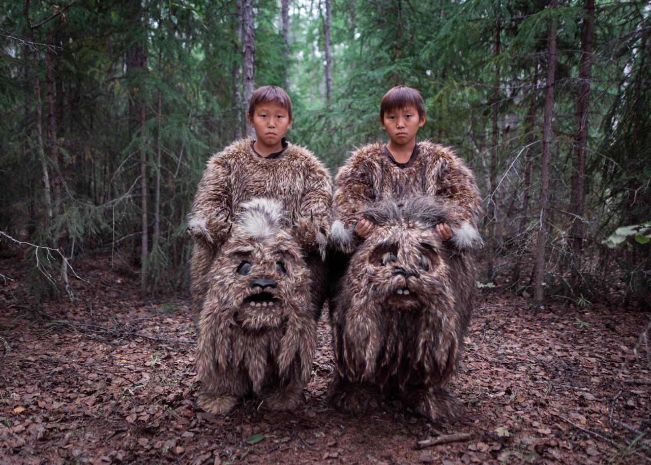 A kortárs kérdések kategóriában Alekszej Vasziljev a sorozatok között nyert első helyezést. Az ikrek, Szemjon és Sztyepan mesebeli szörnyeket dulgancsákat alakítanak Az öreg Bejberikin öt tehene című filmben, Oroszországban, a Szaha köztársaságban. Az észak-távol-keleti Jakutföl filmgyártása a kilencvenes években fellendült, és az elmúlt években egyre több nemzetközi figyelmet kap.