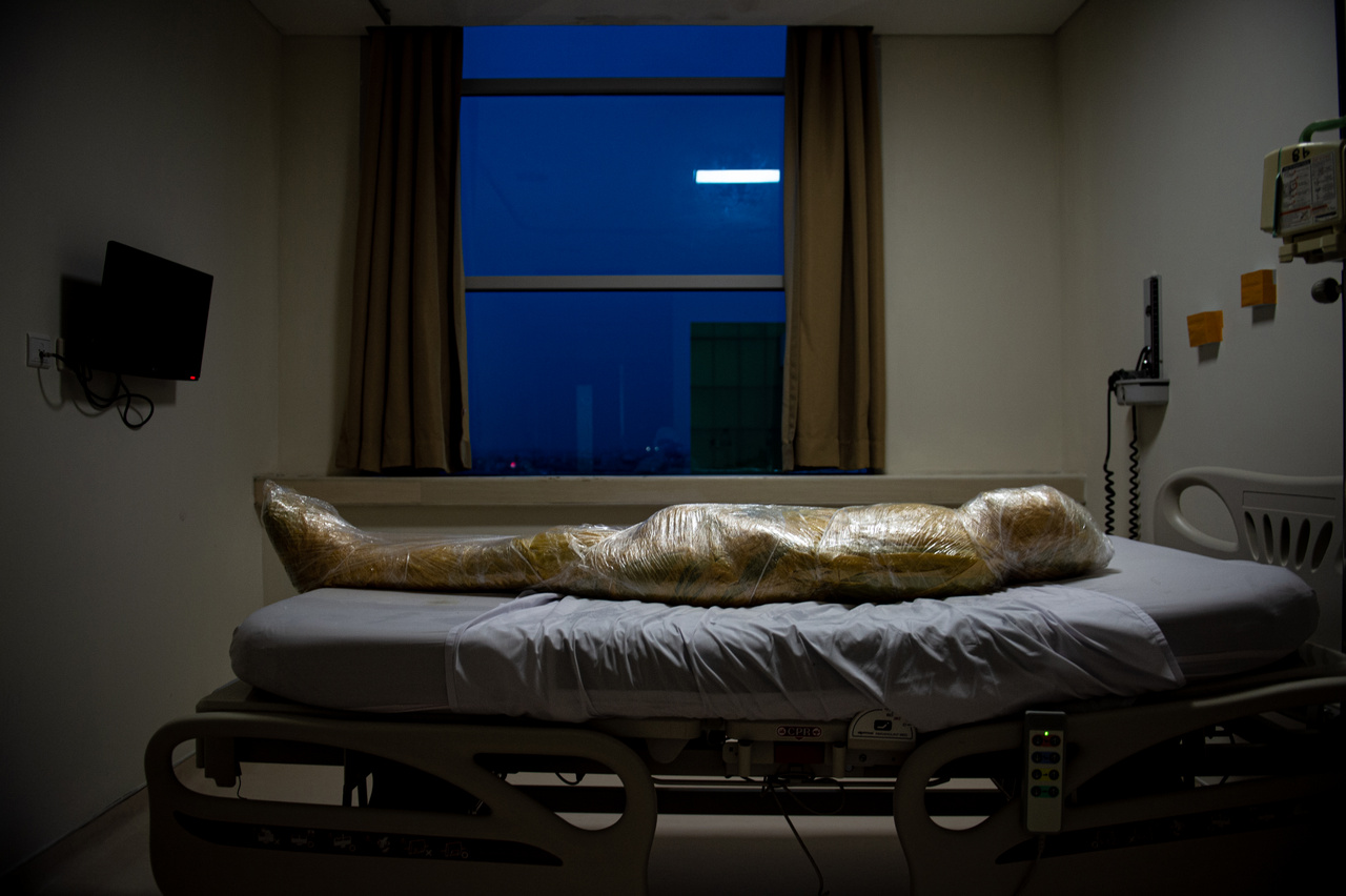A koronavírus egyik vélt áldozatának holttese fertőző hulladékoknál alkalmazott műanyag fóliába tekerve fekszik egy Indonéz kórházban, 2020 áprilisában. Joshua Irwandi fotója az általános hírek (egyedi) kategóriában második helyezett lett.