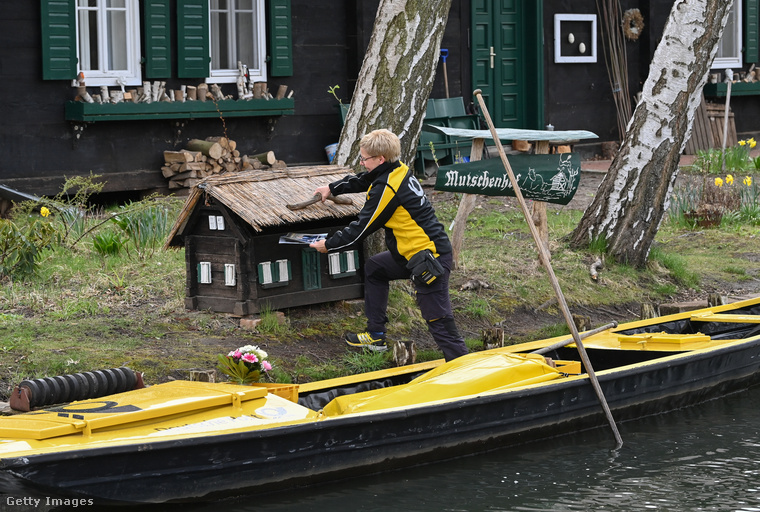 Munkájában mindössze izomereje segíti: a csónakja nem motorizált