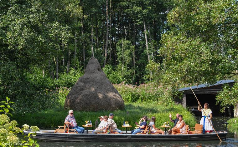 Normális időkben, főleg nyáron kedvelt úticél, a turizmuson kívül főleg bioélelmiszerek előállításával foglalkoznak a környéken élők